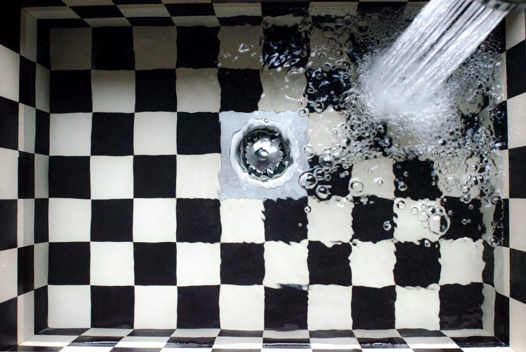 agua en el fregadero
